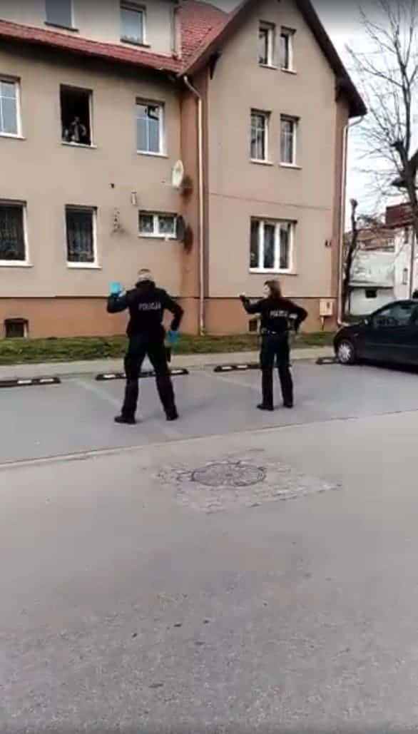 Полиция танцует для детей