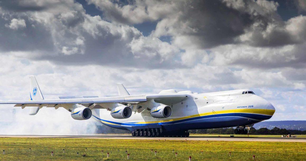 Самый большой самолёт в мире приземлился в Варшаве