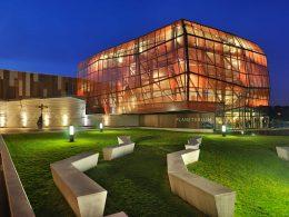 Главной чертой Центра Науки Коперника является интерактивность. Центр призван показать людям мир науки в игровой форме, где каждый сам может поэкспериментировать, напрямую контактируя с экспонатами и, порой, заходя в них.