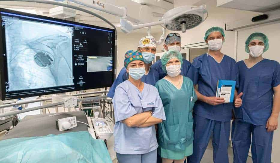 Врачи кардиологического отделения Варшавского Медицинского Университета провели необычную операцию. Они вживили пациенту устройство, которое передает данные по bluetooth.