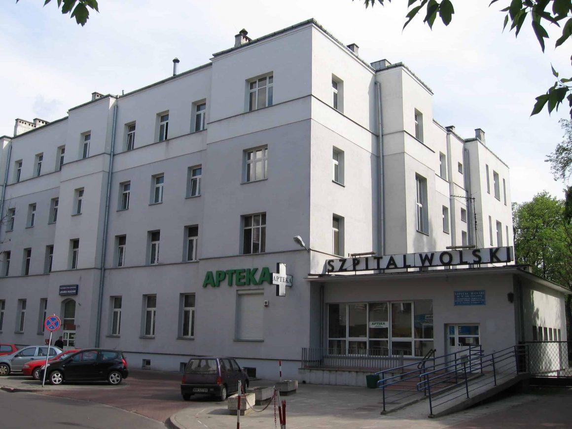 У 26 членов персонала и 33 пациентов в Szpitalu Wolskim на ul. Kasprzaka подтвердился коронавирус. Пациентов эвакуировали, персонал на карантине.