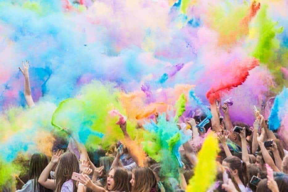 Самая яркая вечеринка в столице возвращается! Праздник Красок Холи - это вечеринка, во время которой участники обсыпают друг друга и себя цветными порошками.