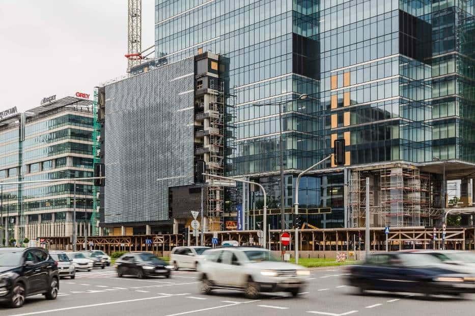 Строящийся в центре Варшавы небоскреб Warsaw UNIT точно выделится на фоне остальных. Его поверхность уже начали покрывать необычными маленькими пластинами.