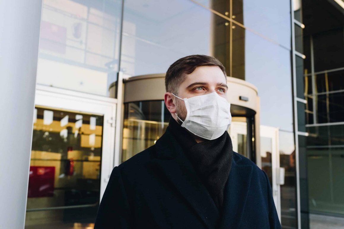 Здравый рассудок подсказывает, что в людном месте лучше всё-таки находиться в маске. Но дадут ли вам штраф, если вы будете без неё? И законно ли это?