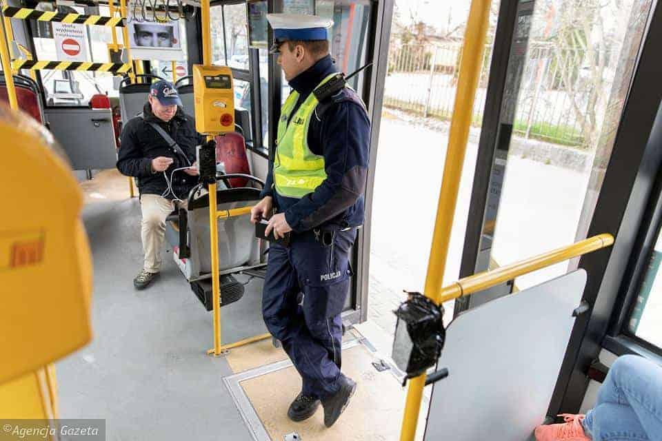 Пассажиры общественного транспорта в Варшаве очень часто игнорируют правила, связанные с пандемией коронавируса. Поэтому, управление города обратилось за помощью к полиции.