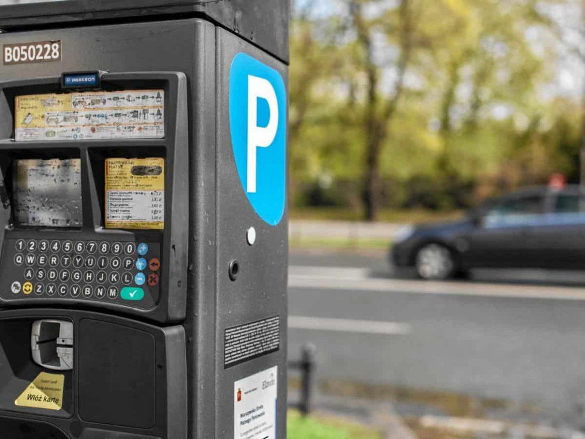 В течение месяца перед расширением зоны платной парковки на Воле и Праге, жители этих районов смогут запросить абонементы, позволяющие парковаться бесплатно.