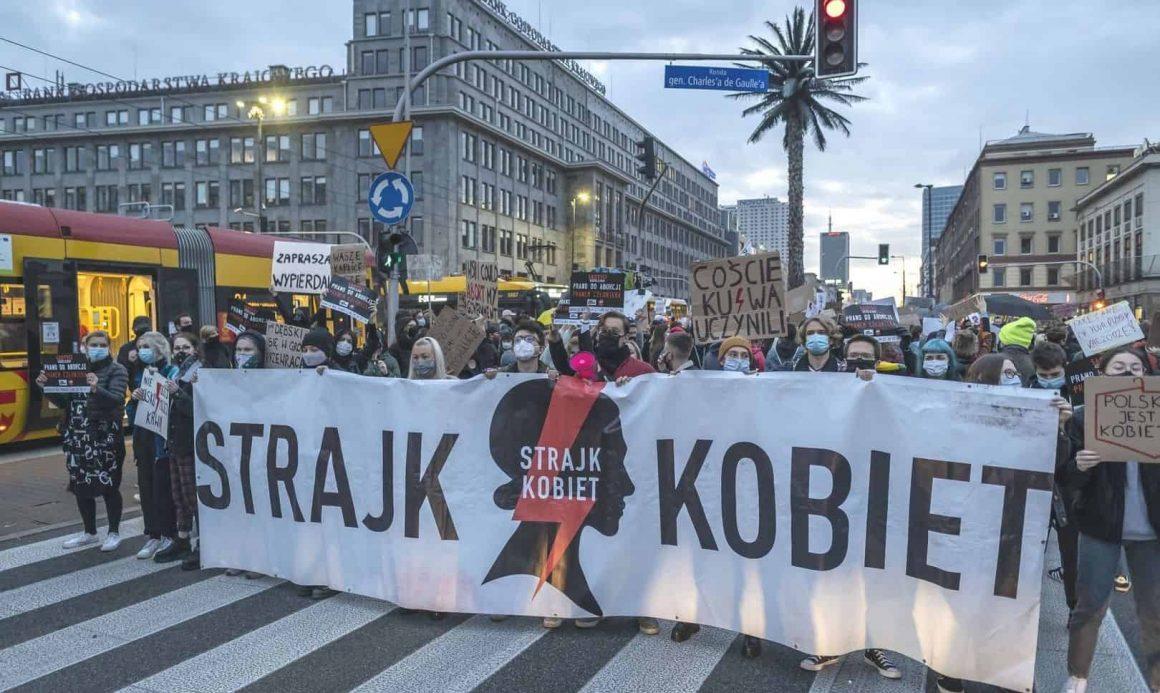 В понедельник по всей стране состоится блокировка городов. Женская Забастовка требует отставки правительства до конца года.