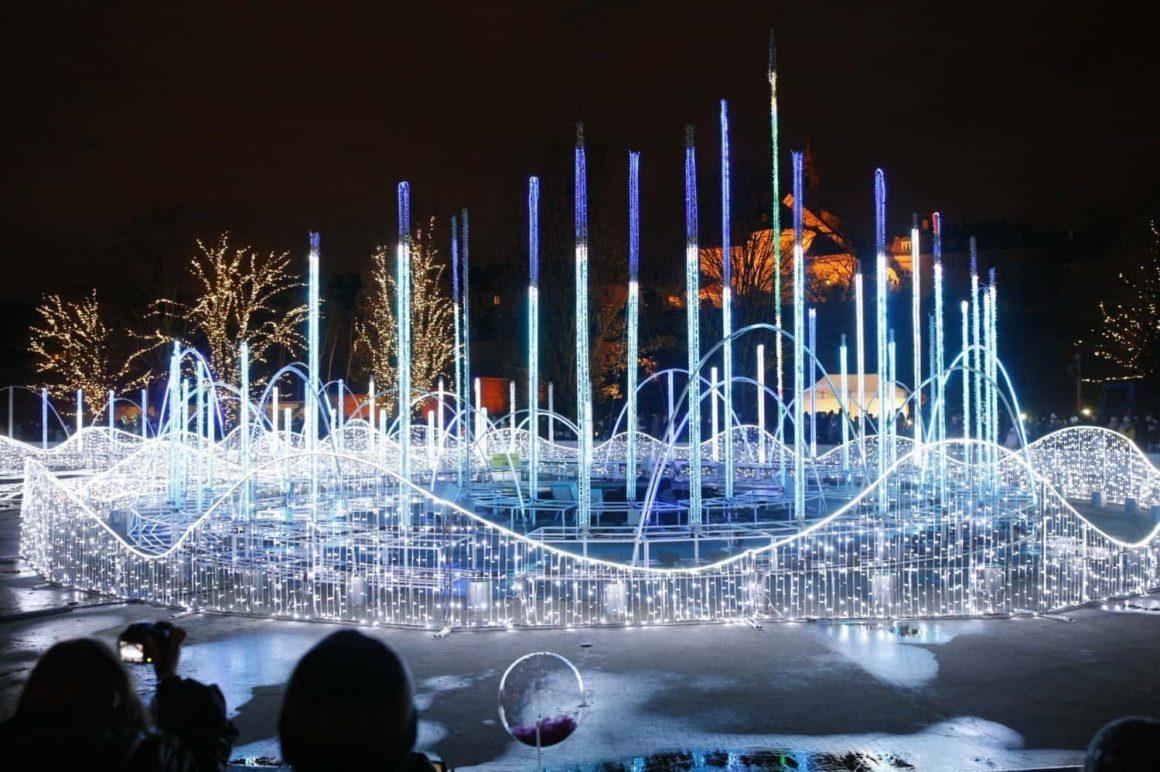 Помимо подсвеченных деревьев и лестниц в варшавском Мультимедийном Парке Фонтанов появилось две инсталляции на тему пандемии.