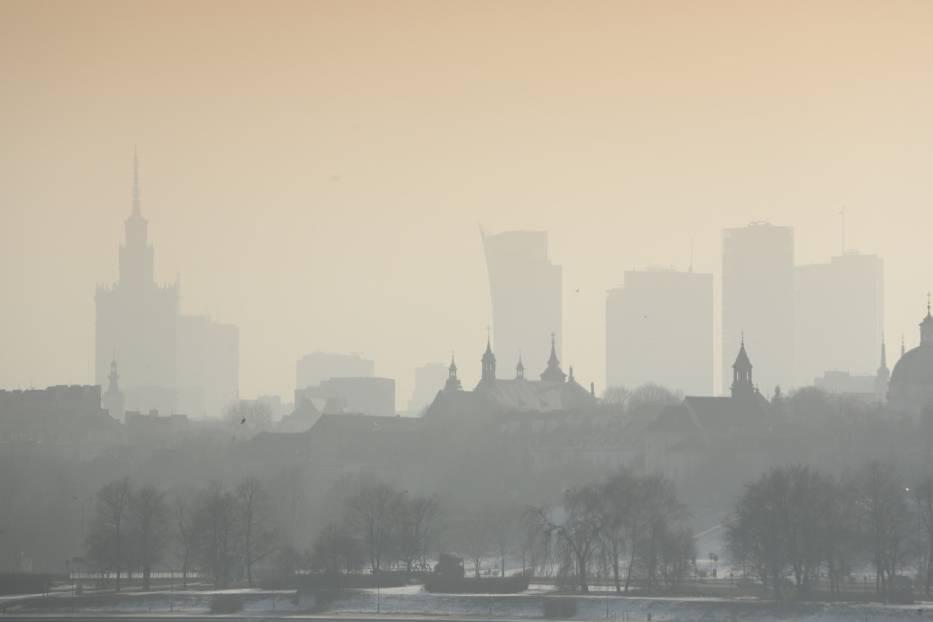 Столичная мэрия информирует, что воздух в Варшаве сегодня сильно загрязнён. В связи с этим объявлен оранжевый уровень опасности. Мэрия советует горожанам по возможности оставаться дома.