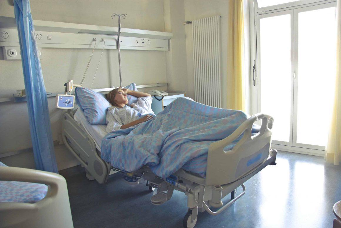 В случае осложнений, вызванных вакциной от коронавируса, пострадавшим будут выплачивать до 100 тысяч злотых. Министр Здравоохранения Адам Недзельски объяснил, в каких случаях будут выдавать компенсацию.