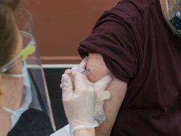 В Мазовецком воеводстве зарегистрирована первая смерть пациента после вакцинации. Информация о смерти 49-летнего мужчины появилась в отчете NOP (о неблагоприятной реакции на вакцину) от Минздрава. Это третий подобный случай в Польше.