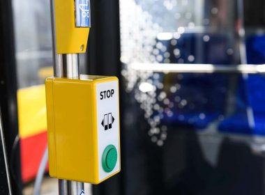 С 1 февраля в общественном транспорте снова заработают кнопки открытия дверей