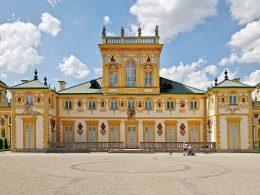 Одна из самых прекрасных достопримечательностей Варшавы – Вилянувский дворец. Дворец в стиле барокко с прилегающим к нему садом восхитит любого. Загородная королевская резиденция была основана в конце 17 века и впоследствии постоянно достраивалась.