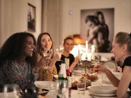 Рестораны с официантами, фитнес-клубы, бары и кафе, отели. Правительство заявило, что это самые опасные места, с точки зрения заражения Covid-19. В социальных сетях канцелярии премьер-министра появился график, показывающий риск заражения в разных общественных местах. График составлен на основании исследований американских ученых.