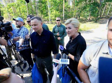 Президент Польши вместе с женой поучаствовали в уборке леса под Варшавой