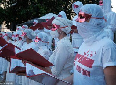 """Свободный Хор из Беларуси хотел выступить с песней """"Муры"""" перед Злотыми Террасами, однако выступление было прервано охраной торгового центра."""